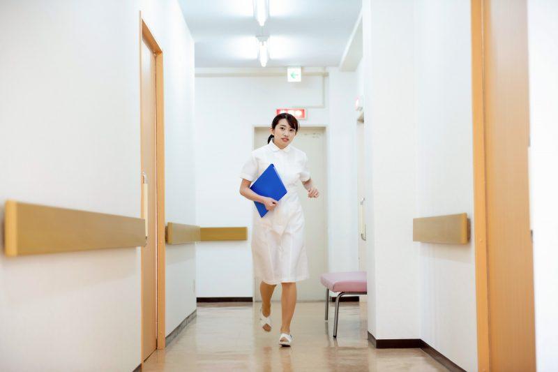 走る看護師イメージ