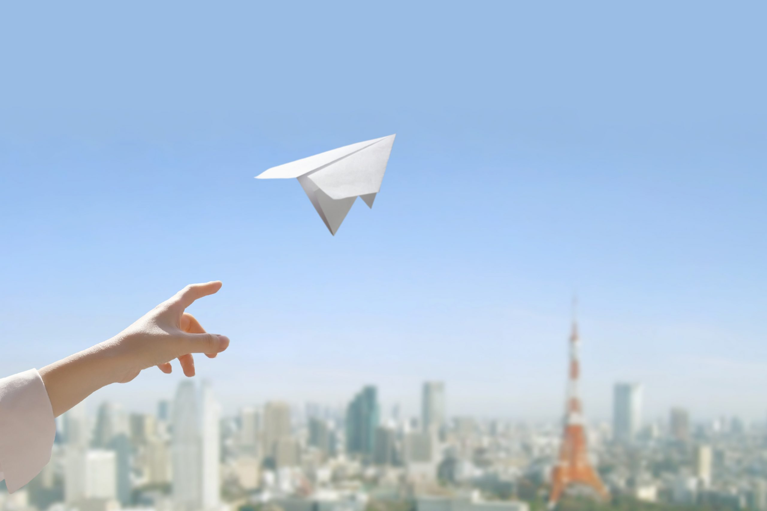 紙飛行機を飛ばすイメージ